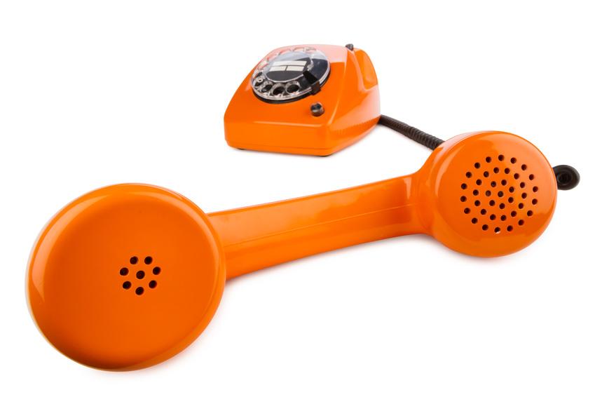 altes retro telefon mit wahlscheibe in orange