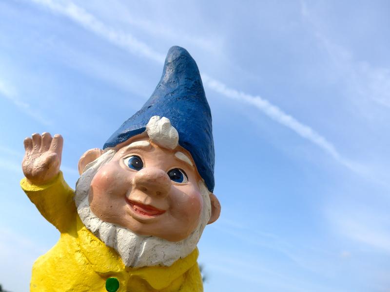 Gartenzwerg mit gelberJacke und blauem Hut